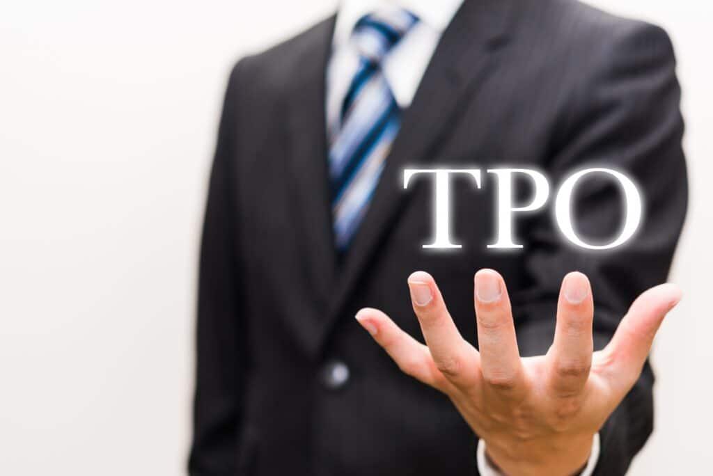 TPOの文字を掲げる男性