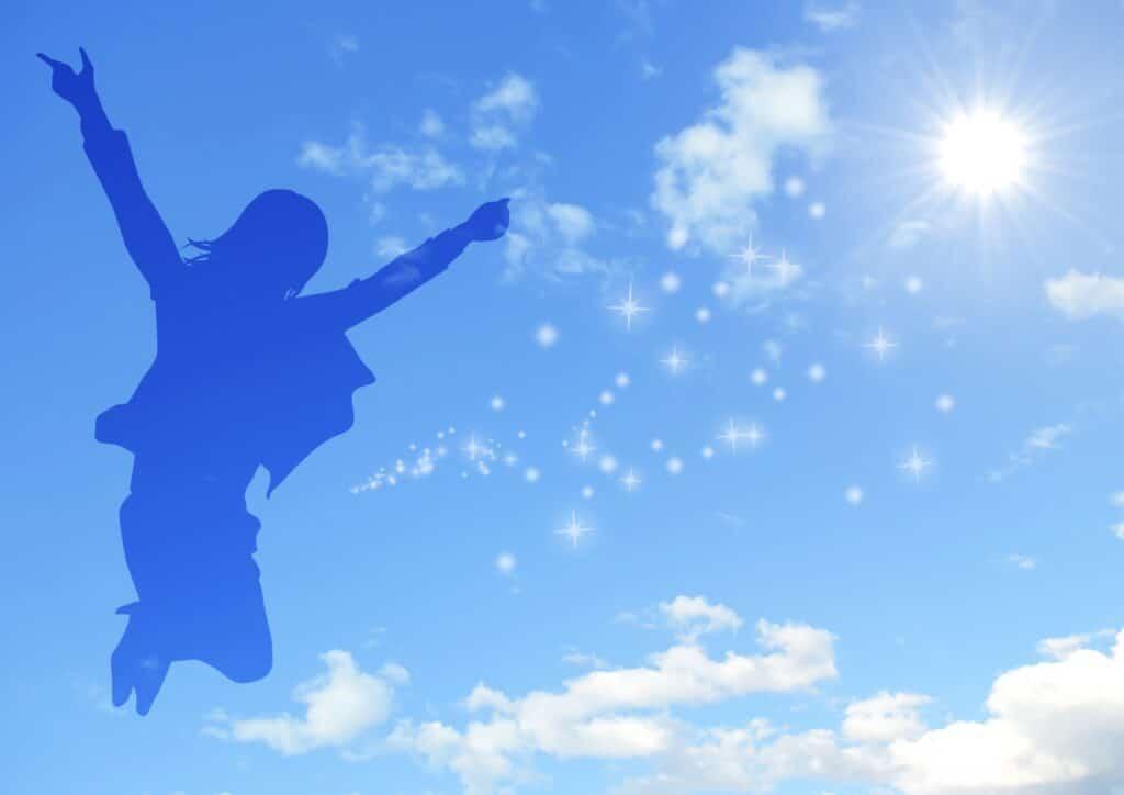空に向かってジャンプしている女性