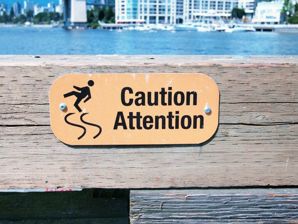 足元注意の看板