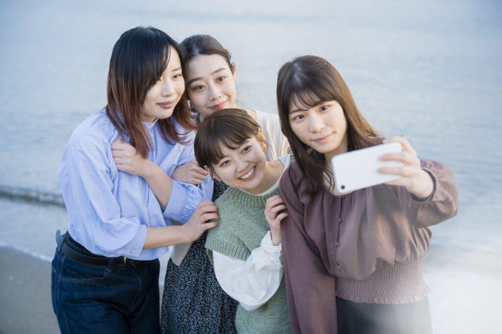 記念撮影する女性4人組