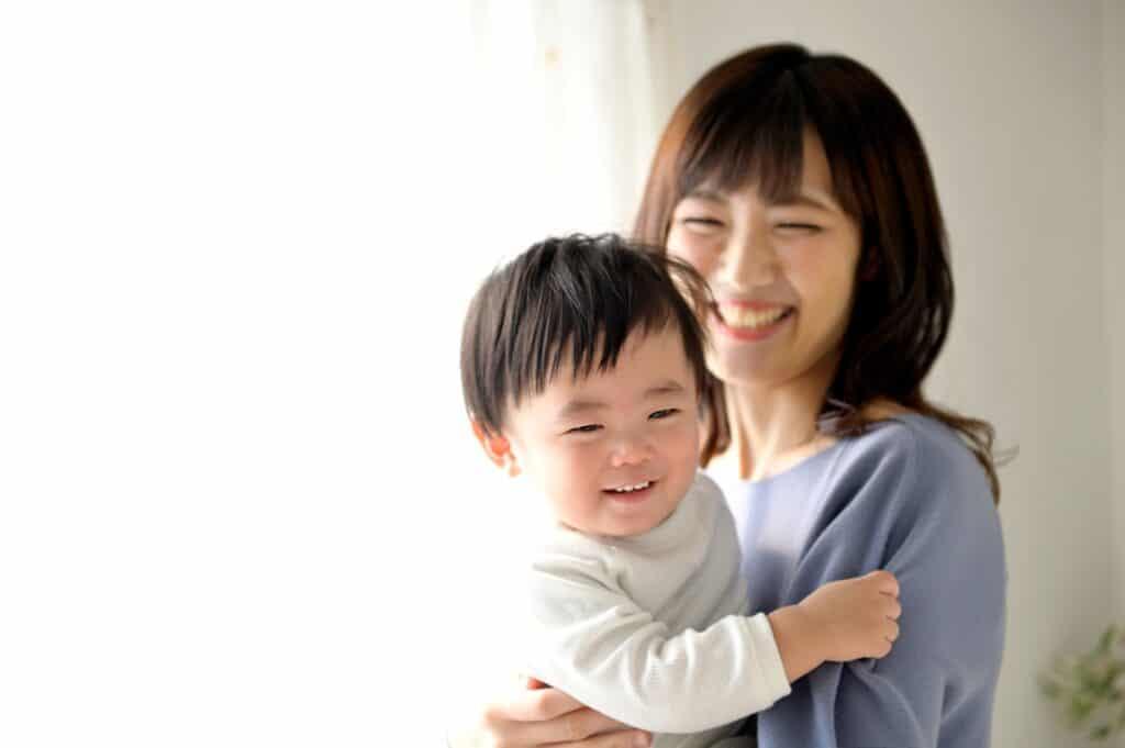 笑顔の母親と子供