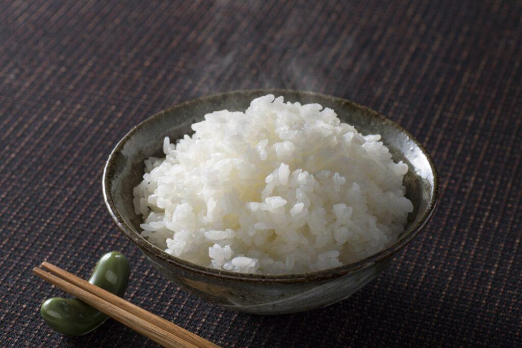 お椀に盛り付けられた白米