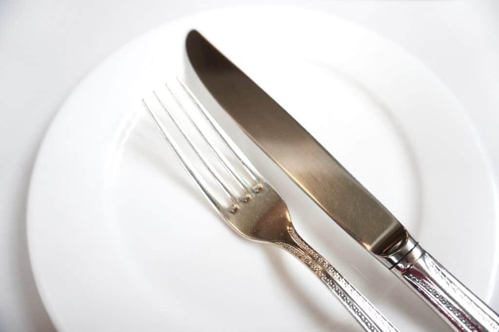 白い皿とナイフとフォーク