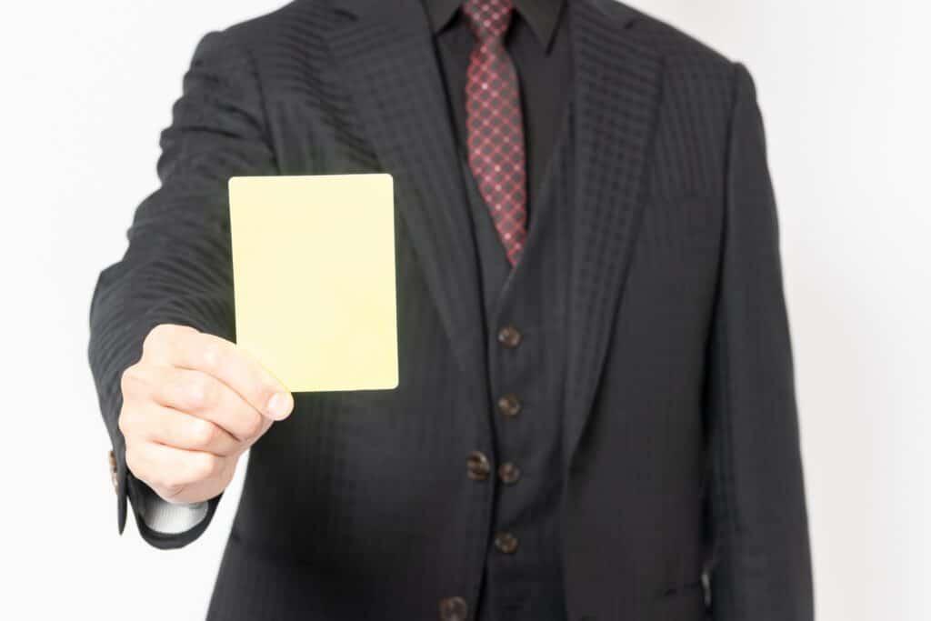 イエローカードを出すビジネスマン