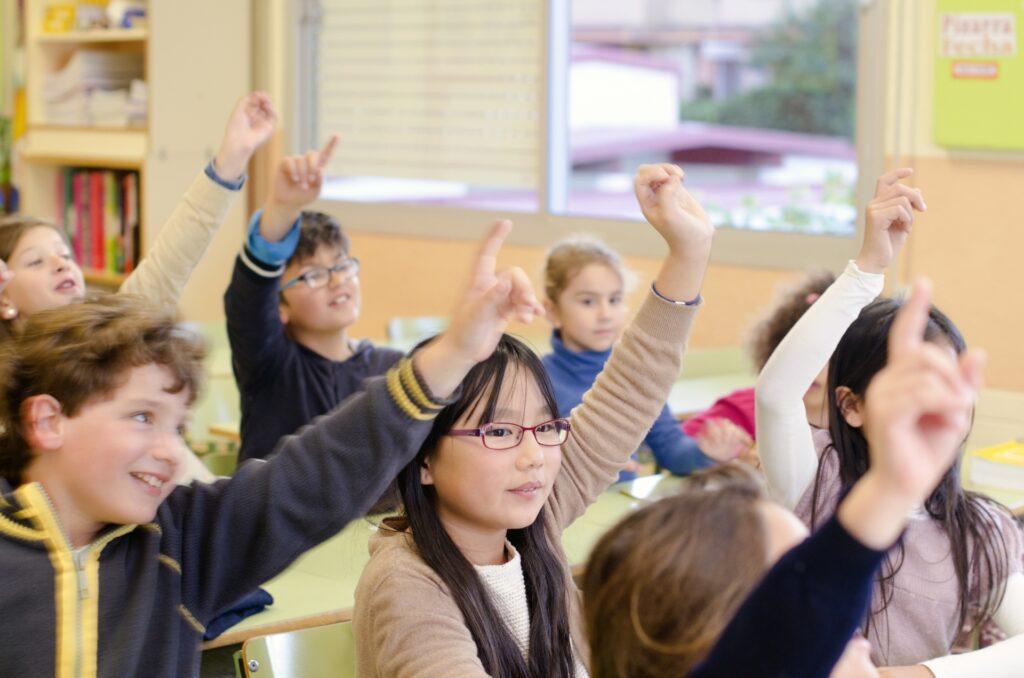積極的に挙手する子供